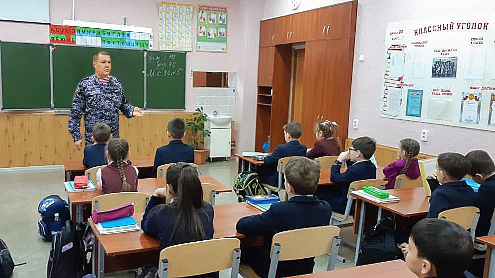 Сотрудник УВО Казани Росгвардии по РТ провел урок Мужества для школьников, посвященный двум праздничным датам