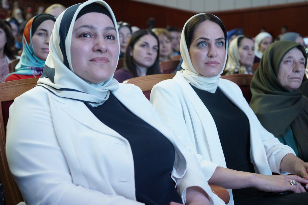 Директор ГПК Дженнет Темуркаева, а также студенты и преподаватели колледжа приняли участие в торжественном мероприятии в честь юбилея Дагестанского гуманитарного института.