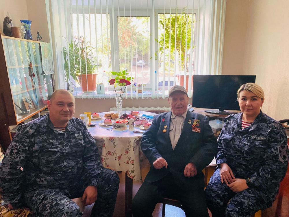 В Уфе росгвардейцы навестили ветерана Великой Отечественной войны Ибрагима Шакирова в его день рождения