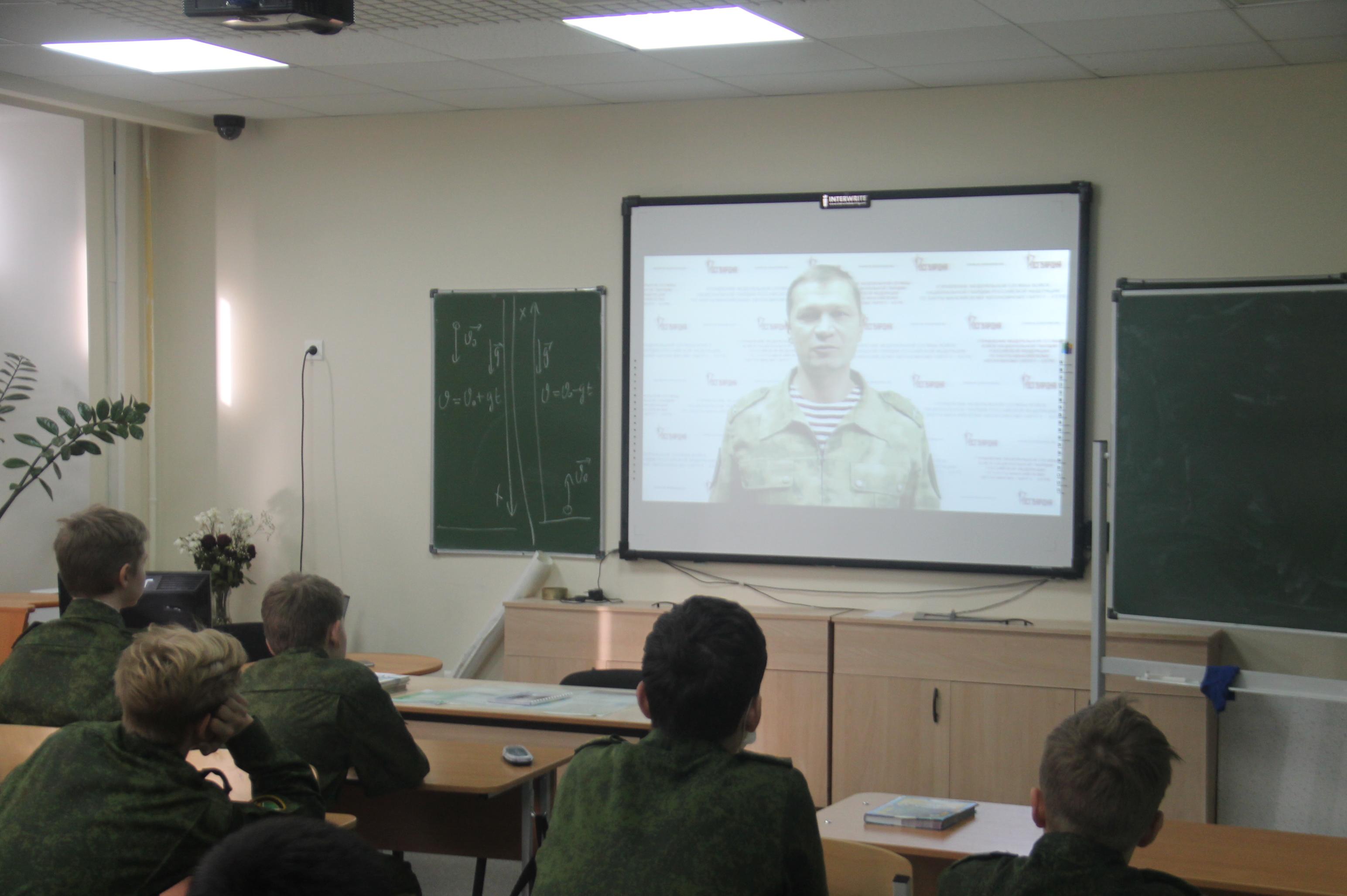 В Югре офицер Росгвардии рассказал старшеклассникам подшефной школы о малоизвестных страницах истории подразделений ведомства на Урале
