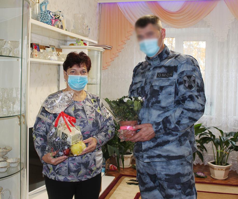 В Югре росгвардейцы поздравили матерей погибших военнослужащих с Международным днем пожилого человека