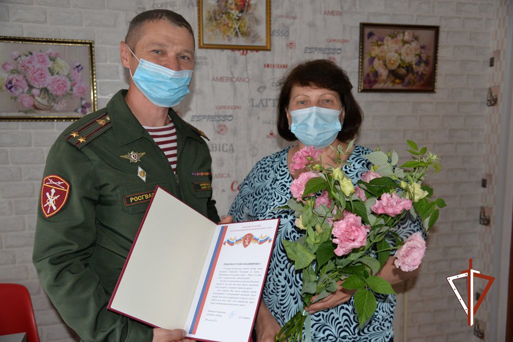 В Югре офицеры Росгвардии поздравили с днем рождения маму воина правопорядка, погибшего при исполнении воинского долга