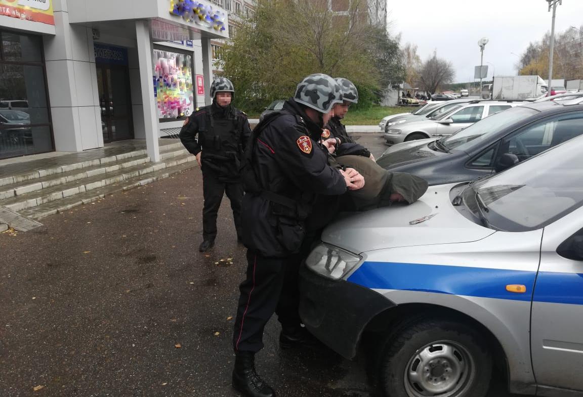 В Набережных Челнах сотрудники вневедомственной охраны Росгвардии задержали гражданина, который пугал прохожих пистолетом