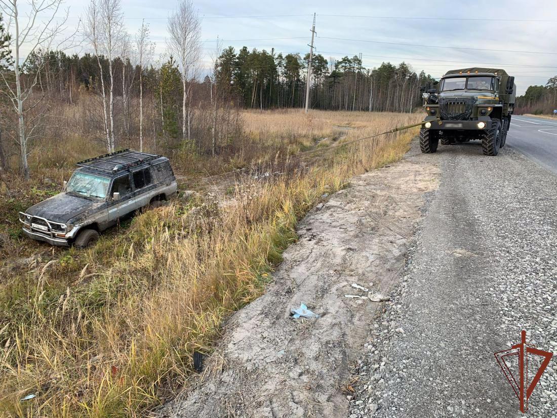 В Югре росгвардейцы помогли водителю, попавшему в сложную дорожную ситуацию