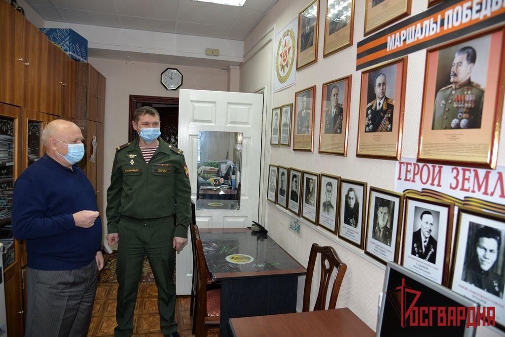 В Югре офицер Росгвардии обсудил вопросы сотрудничества с председателем окружной общественной организации ветеранов