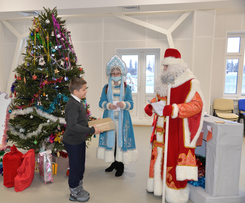 В Югре Росгвардия привезла рождественские подарки детям деревни Ярки Ханты-Мансийского района