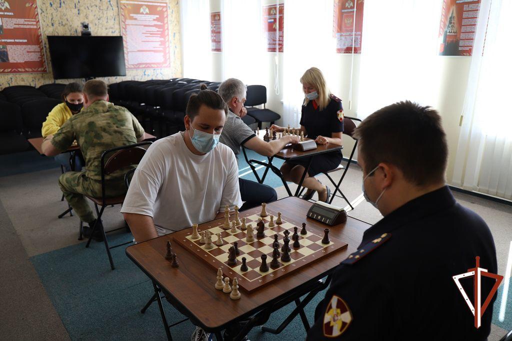 В Югре росгвардейцы организовали шахматный турнир с представителями окружных СМИ