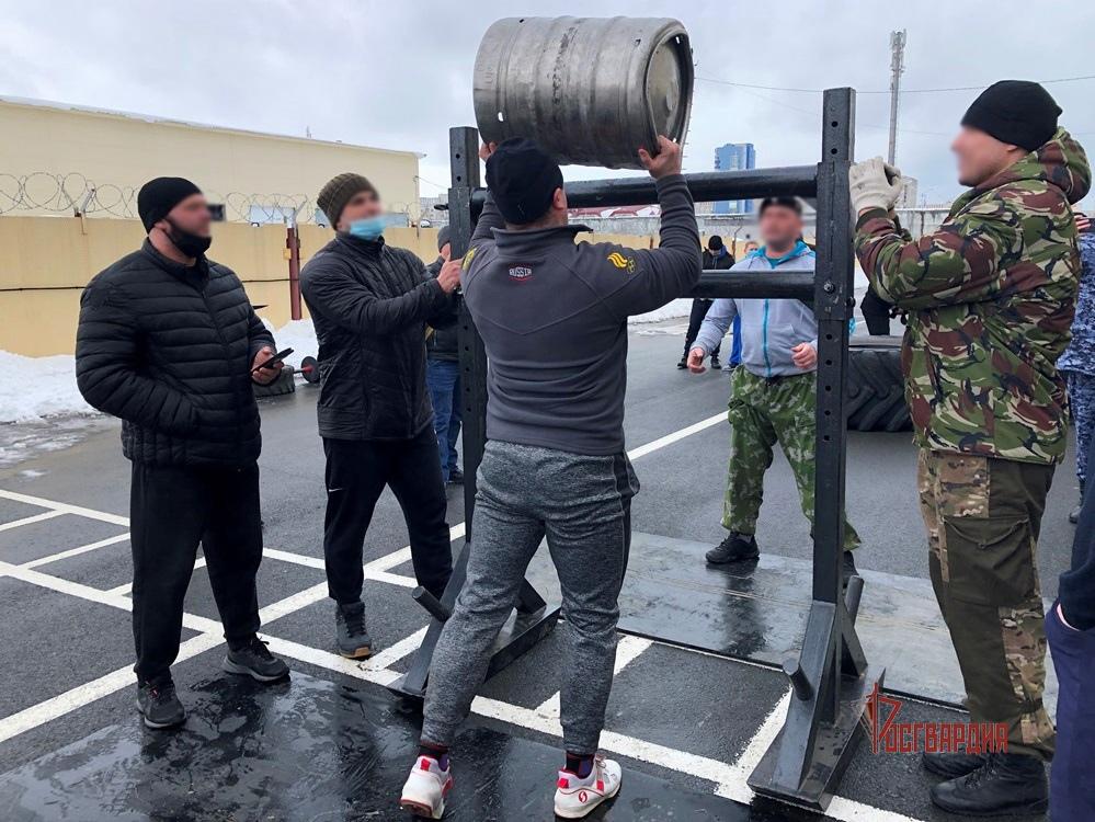 В Югре бойцы сургутского ОМОН Росгвардии организовали для земляков состязания по силовому экстриму