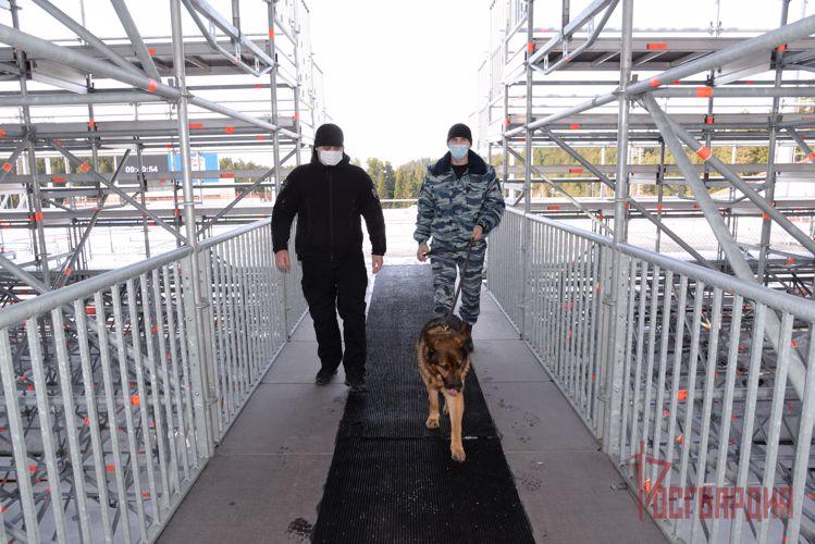 В Югре сотрудники Росгвардии обеспечивают общественную безопасность чемпионата России по биатлону и матчей ВХЛ